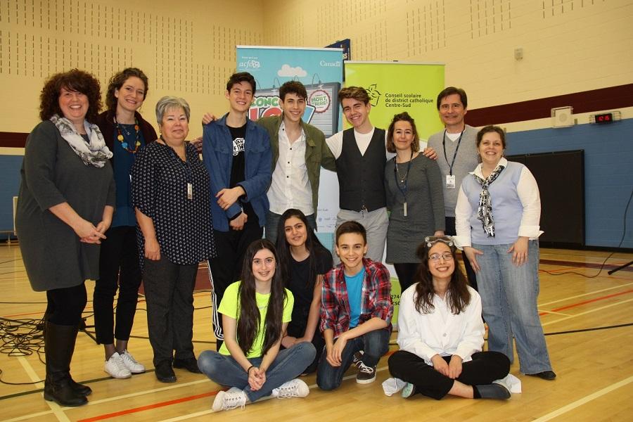 Les finalistes régionaux du Concours LOL – Mort de rire!  2016-2017 avec l'équipe du Concours (Photo : DR)