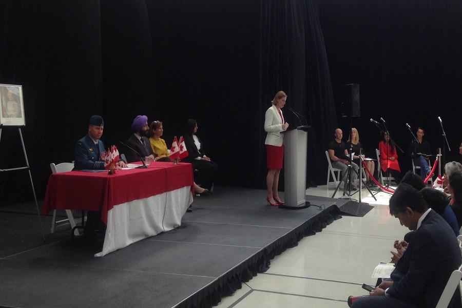 Monique Giroux, vice-présidente de la banque CIBC, prenait la parole devant de nouveaux citoyens canadiens, le 6 juillet 2017.
