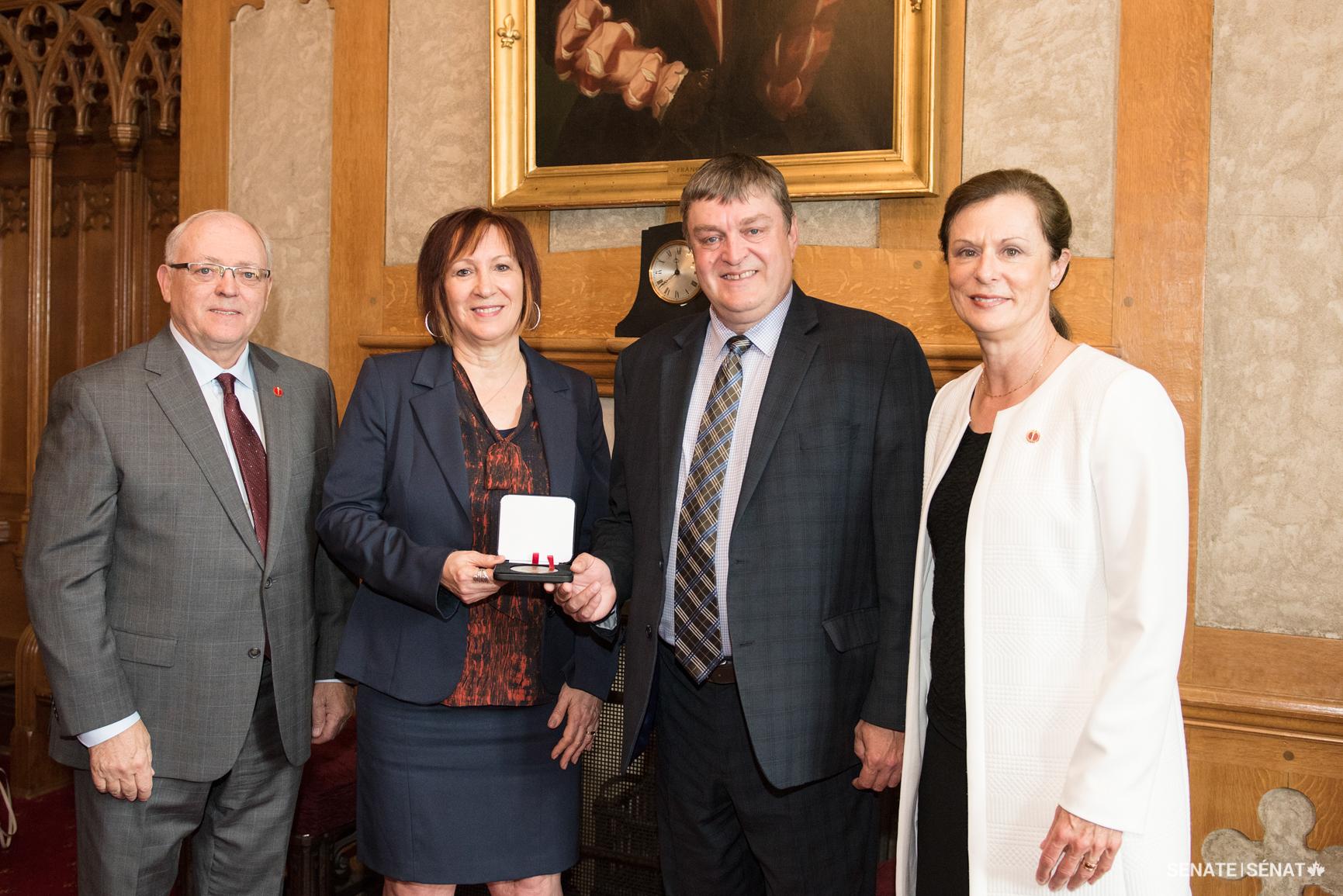 Photo de la remise de la médaille à M. Luc Morin, chef de file du CCO