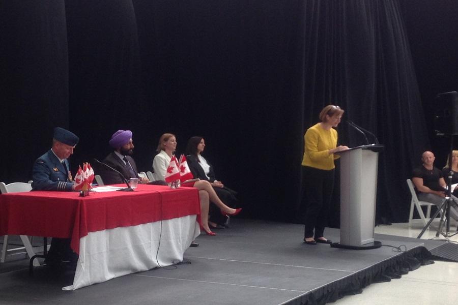 Hillary Marshall vice-présidente de l'aéroport Pearson de Toronto d'adressait aux nouveau citoyens canadiens, le 6 juillet 2017.