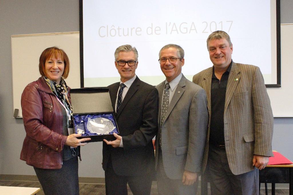 Récipiendaires du Lauréat d'excellence collective institutionnel 2017, les Centres Desjardins Entreprises (milieu) avec la présidente du CCO Claudette Gleeson (gauche) et le Directeur général du CCO Luc Morin (droite).