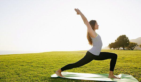 Quelqu'un fait du yoga sur le gazon